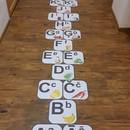 Grīdas uzlīme. Alfabēts. Grīdas alfabēts. Uzlīmes bērnudrārzos.